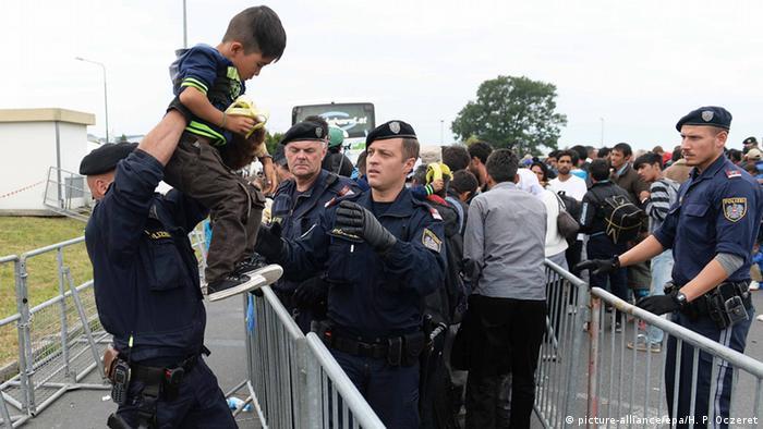 Полиция в австрийском городе Никельсдорфе на границе с Венгрией