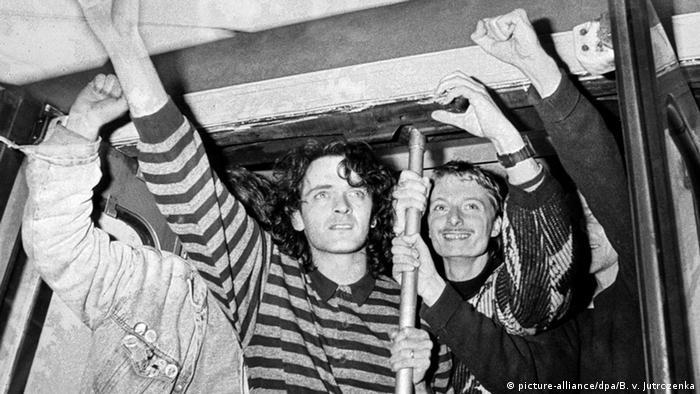 Uciekinierzy w oknie specjalnego pociągu z Warszawy do Helmstedt w październiku 1989