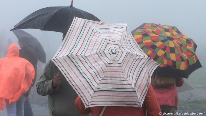 Deutschland Brocken Harz Regen Wetter Regenschirm Menschen Touristen (picture-alliance/dpa/Jens Wolf)