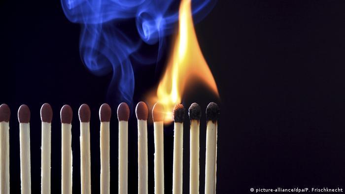 Symbolbild Streichhölzer brennen ab abbrennende Streichhölzer Feuer Hitze Streichholz (picture-alliance/dpa/P. Frischknecht)