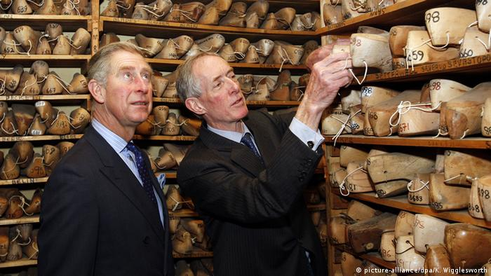 Prince Charles is shown wooden lasts by cobbler John Lobb during a visit to his workshop in London (picture-alliance/dpa/K. Wigglesworth)