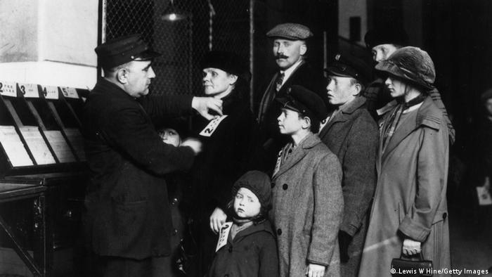 Una familia alemana en el registro de inmigrantes de Nueva York.