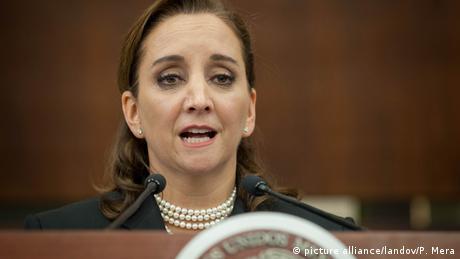 La canciller mexicana, Claudia Ruiz Massieu, rechazó las declaraciones del candidato republicano a la Casa Blanca, Donald Trump, divulgadas el pasado viernes a través de un video, porque devalúan y ofenden a las mujeres. (12.10.2016)