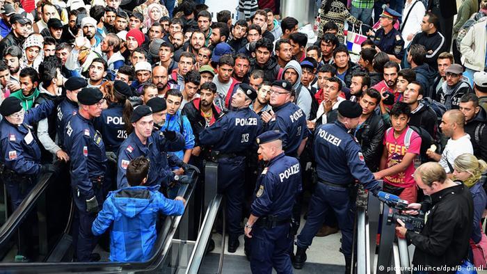 Österreich Salzburg Hauptbahnhof Flüchtlinge Polizei Grenze (picture-alliance/dpa/B. Gindl)