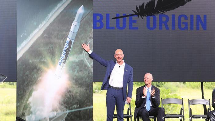 Джеф Безос (л) на презентації проектів Blue Origin, 2015 рік