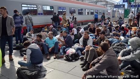 Österreich Flüchtlinge warten auf Züge in Salzburg