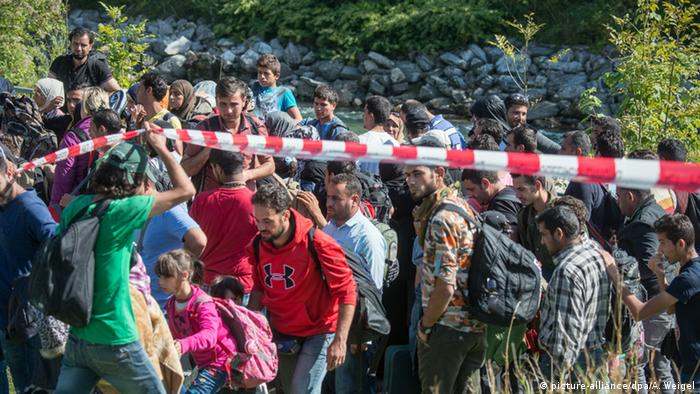 Refugees crossing the Austrian-German border in 2015 (picture-alliance/dpa/A. Weigel)