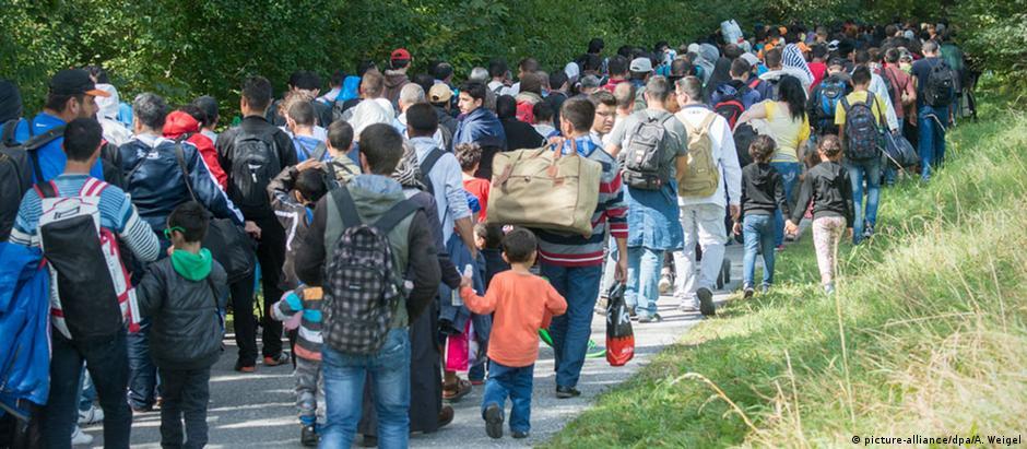 Refugiados na fronteira entre Áustria e Alemanha: redistribuição de recém-chegados divide membros da UE