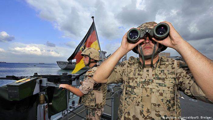 Symbolbild Mittelmeer Bundeswehreinsatz gegen Schleuser Soldaten (picture-alliance/dpa/G. Breloer)