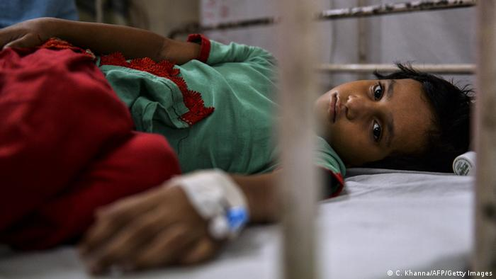 Indian patient, Shifa (7) lies on a bed in the dengue ward of a government hospital in New Delhi (Photo: Chandan Khanna/AFP/Getty Images)