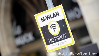 WLAN-Aufkleber weist auf mobilen Internet-Zugang hin - Foto: picture-alliance/Sven Simon