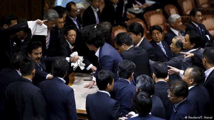 Tumulte im japanischen Oberhaus (Foto: Reuters)