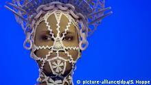Ein Kostüm des Modedesigners Jean Paul Gaultier ist am 16.09.2015 in München (Bayern) in der Ausstelllung From the Sidewalk to the Catwalk zu sehen. Das Gesicht auf der Puppe ist eine Videoprojektion. Vom 18.09.2015 bis zum 14.02.2016 präsentiert die Kunsthalle München in der Ausstellung über 140 Kreationen des Designers von den frühen 1970er Jahren bis heute. Foto: Sven Hoppe/dpa +++(c) dpa - Bildfunk+++