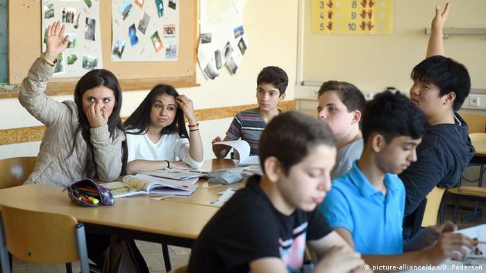 Schüler und Schülerinnen einer Willkommensklasse im Unterricht
