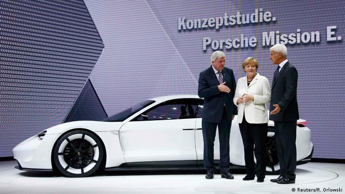 Экс-глава Porsche Матиас Мюллер, канцлер ФРГ Ангела Меркель и премьер Гессена Фолькер Буфье
