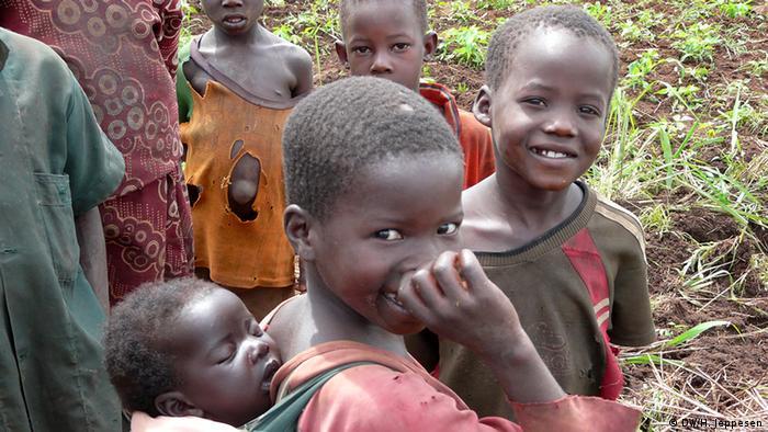 Uganda: Kinder und Mädchen mit Baby (Foto: DW)