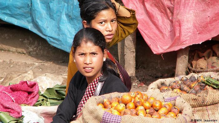 Indien Zwei Marktfrauen in Meghalaya (DW/H. Jeppesen)