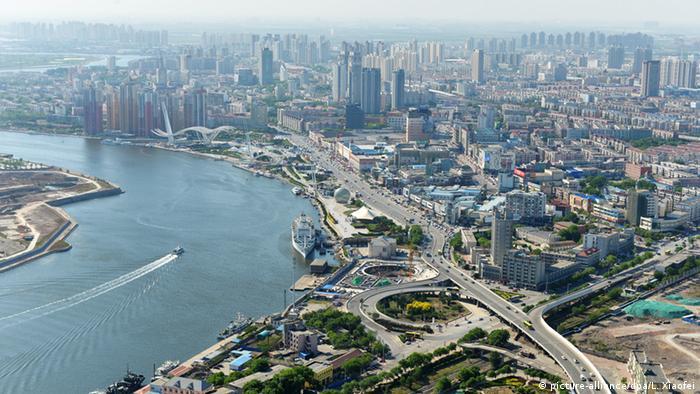 China Tianjin Hafen (picture-alliance/dpa/L. Xiaofei)