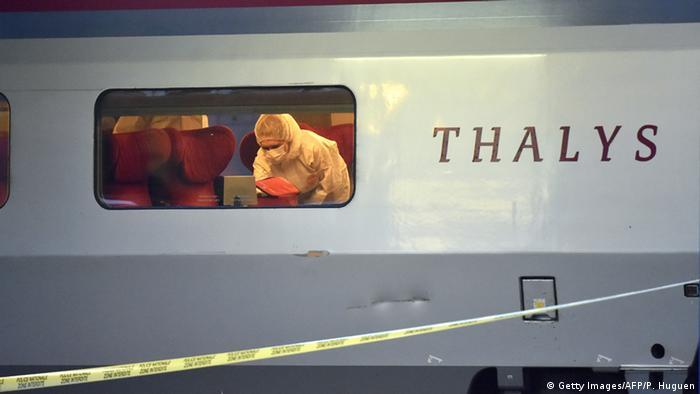 Специалист в защитном костюме внутри поезда Thalys, где произошла стрельба
