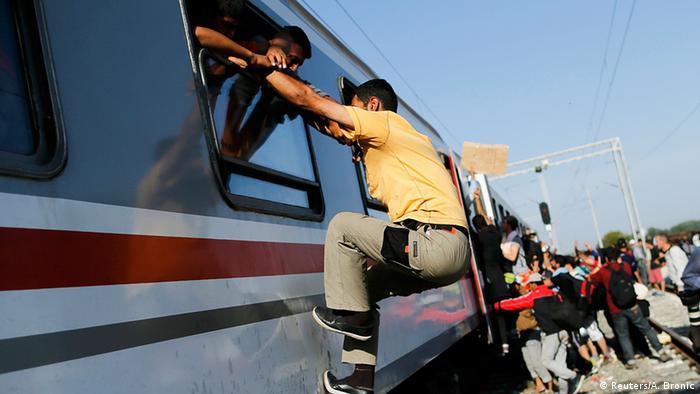 Kroatien Serbien Grenze Flüchtlinge am Bahnhof Tovarnik Zug