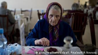 пенсионерка с блюдцем