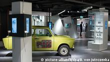 Ein Trabant mit eingebauter Infrarot-Kamera steht neben verschiedenen Vitrinen am 16.09.2015 im Spy Museum Berlin am Leipziger Platz. Das Museum mit zahlreichen Exponaten rund um das Thema Spionage und Geheimdienste eröffnet am 19.09.2015. Foto: Bernd von Jutrczenka/dpa (zu dpa «Tote Briefkästen und James Bond: Spionagemuseum öffnet» vom 17.09.2015)