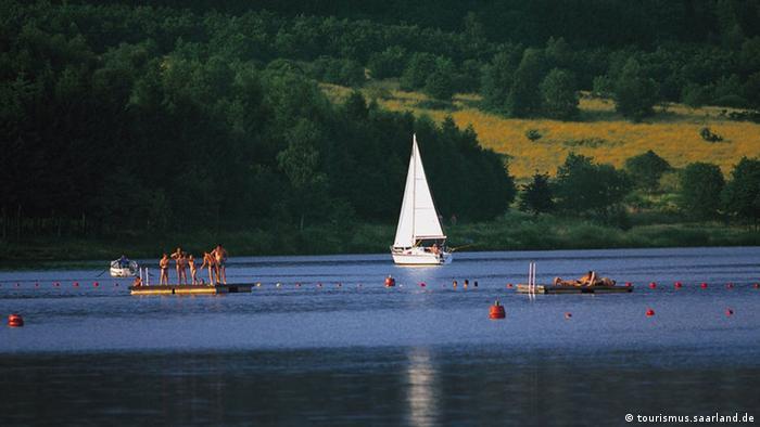 بوستالزه دریاچهای در پشت سدی است که در سال ۱۹۷۹ آبگیری شده است. این دریاچه با ۱۲۰ هکتار مساحت و با وجود یک Center Parcs منطقهای بیشتر تفریحی است.