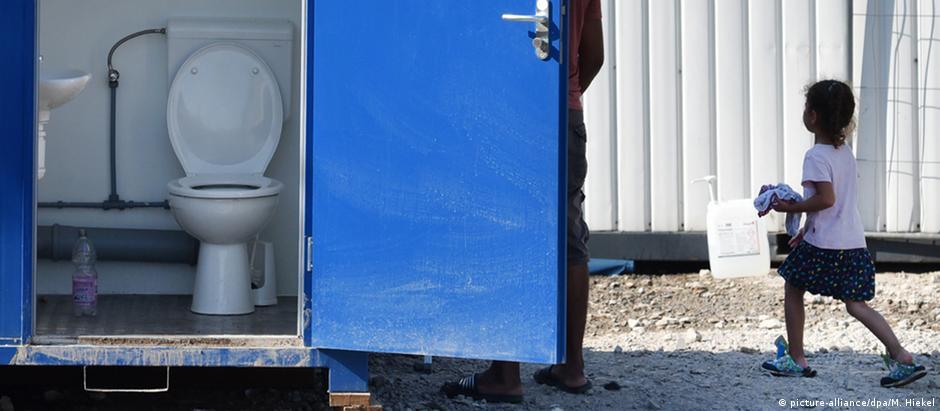 Banheiro químico em abrigo para refugiados em Dresden