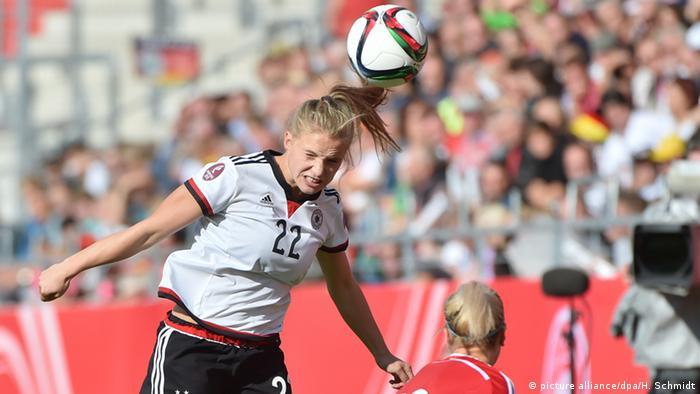 Die deutsche Nationalspielerin Tabea Kemme bei einem Kopfball