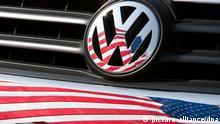 Die US-Fahne spiegelt sich am 13.05.2009 in Chattanooga (US-Bundesstaat Tennessee) in Logo und Kühlergrill eines Volkswagen-Fahrzeugs. Wegen Problemen mit der Spritleitung ruft der Autobauer Volkswagen in den USA und Kanada gut 377 000 Wagen zurück. Die Kraftstoffleitungen seien so verlegt, dass sie bei Vibrationen an anderen Teilen scheuerten und so auf die Dauer undicht werden könnten. Tritt Benzin aus, besteht Feuergefahr. Foto: Friso Gentsch dpa (zu dpa 0858 vom 15.12.2010) +++(c) dpa - Bildfunk+++ eingestellt von mak