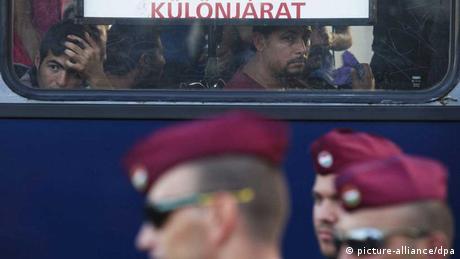 Soldaten vor einem Flüchtlingsbus an der kroatisch-ungarischen Grenze