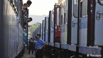Flüchtlingszug und Soldaten in Magyarboly