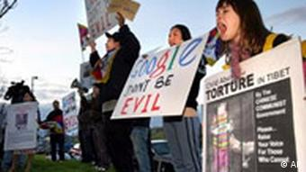 Students protest Google's decision to cooperate with Chinese censors in 2006
