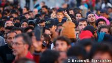 Deutschland Grenze Freilassing Flüchtlinge Menschenmenge