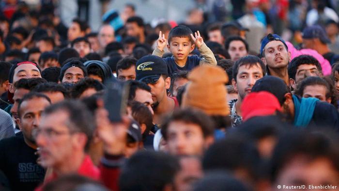 Беженцы в ожидании регистрации в баварском Фрайлаcсинге сразу после пересечения границы Австрии и Германии, 16 сентября 2015 года