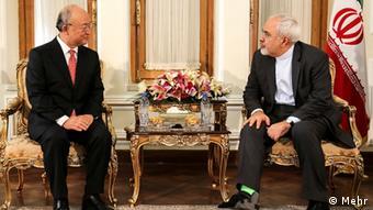 یوکیا آمانو (چپ) در تهران با محمد جواد ظریف، وزیر خارجه ایران نیز دیدار کرد