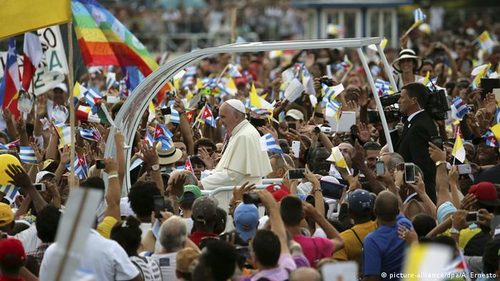 Papstbesuch in Havanna, Franziskus fährt im Papa-Mobil durch die Menge auf dem Platz der Revolution, auch eine Friedensflagge in LGBTIQ-Farben ist zu sehen