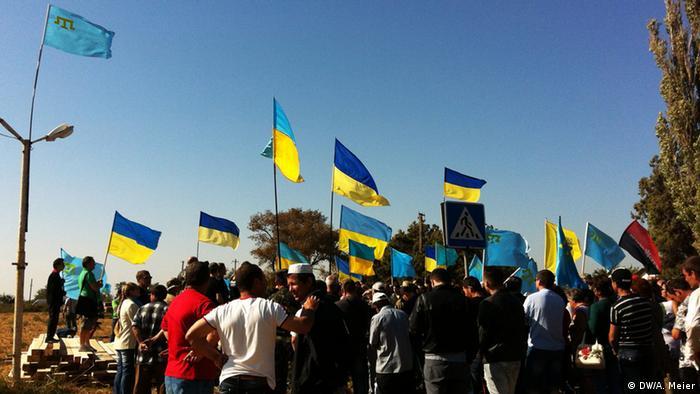 Українські громадські активісти блокують траси для проїзду вантажівок до Криму