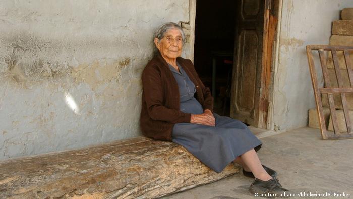 یکی از زنان سالخورده دره صدسالگان