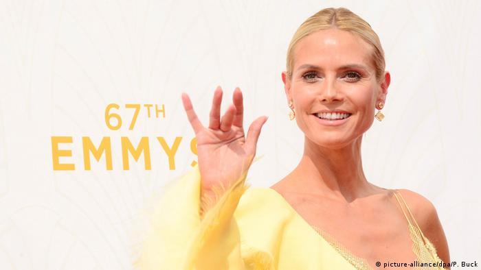 Heidi Klum winkt auf dem Roten Teppich der Emmys in die Kamera. (picture-alliance/dpa/P. Buck)