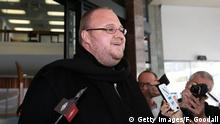 Bildunterschrift:AUCKLAND, NEW ZEALAND - DECEMBER 01: Kim Dotcom speaks to the media following hs bail hearing at Auckland District Court on December 1, 2014 in Auckland, New Zealand. Dotcom has avoided going back to jail after Judge Nevin Dawson imposed tighter bail conditions including reporting to police twice a week for is forbidden from private air or sea travel. Dotcom was raided in 2012 after the U.S. claimed his MegaUpload service had cost copyright owners $500 million by facilitating internet piracy. (Photo by Fiona Goodall/Getty Images)