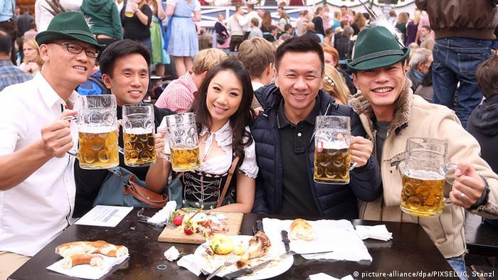 جشن اکتبر گردشگران سراسر جهان را جذب میکند، از آمریکا و استرالیا گرفته تا هند و ژاپن.