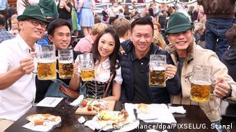 Αρκετοί τουρίστες επισκέπτονται το Μόναχο κατά τη διάρκεια του Oktoberfest.