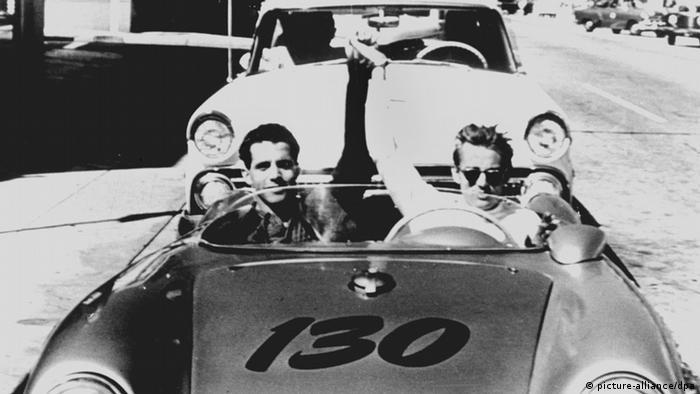 James Dean in einem silbernen Porsche-Oldtimer (picture-alliance/dpa)