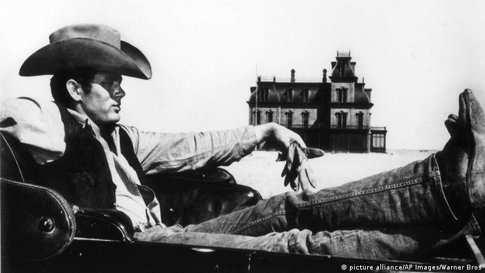 James Dean sitzt in einem Auto in dem Film Giganten (picture alliance/AP Images/Warner Bros)