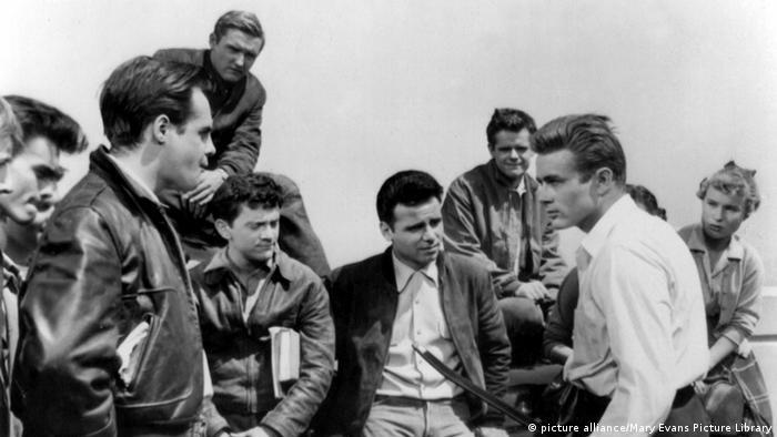 Schauspieler James Dean steht in einer Gruppe junge Männder (picture alliance/Mary Evans Picture Library)