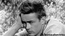 ARCHIV - James Dean (undatiertes Handout). Er hatte in gerade einmal drei Filmen eine große Rolle, und trotzdem hat er eine ganze Generation geprägt: James Dean wird immer der rebellische, tragische Held bleiben - und vor allem immer jung. Wäre er nicht mit 24 gestorben, würde er am Dienstag (8. Februar) 80 Jahre alt werden. EPA/HANDOUT (zu dpa-Korr Der rebellische Gigant: James Dean wäre 80 geworden vom 02.02.2011, nur s/w) +++(c) dpa - Bildfunk+++