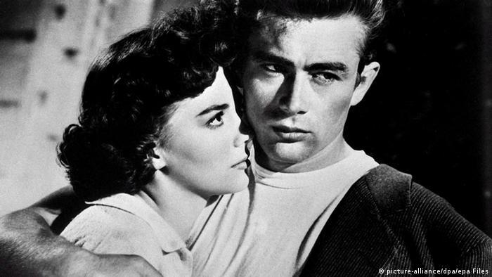 James Dean hält in dem Film Denn sie wissen nicht, was sie tun seine Filmpartnerin Natalie Wood im Arm (picture-alliance/dpa/epa Files)