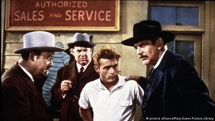 Schauspieler James Dean wird von drei Männern festgehalten
