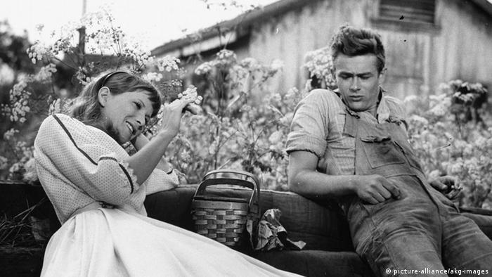 James Dean und Julie Paul Osborn in einer Filmszene aus Jenseits von Eden (picture-alliance/akg-images)